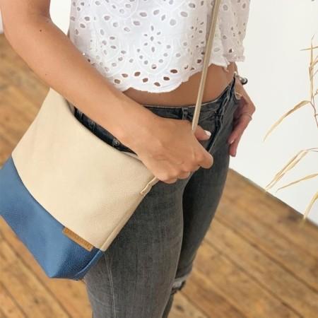 Umhängetasche Beige und Blau aus Leder Faserstoff quer getragen