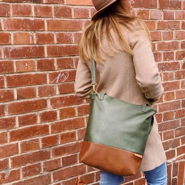 Als Umhängetasche getragen: Shopper Umhängetasche Schultertasche Leder Faserstoff Khaki Braun mit Reißverschluss
