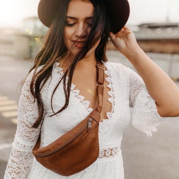 Gürteltasche | Bauchtasche Braun und Cognac mit weißem Boho Kleid