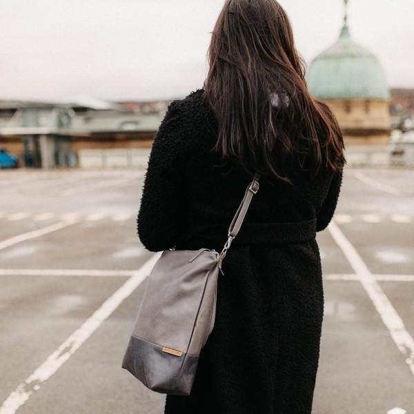 Shopper und Umhängetasche in Grau als Umhängetasche getragen