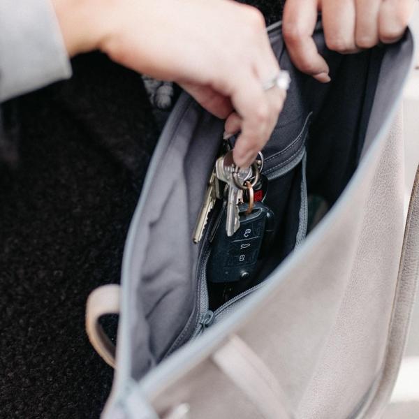 Shopper und Umhängetasche in Grau Detailaufnahme