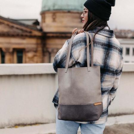 Shopper Grau und Dunkelgrau in Aktion in der Stadt