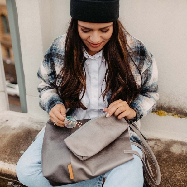 Shopper Grau Detailaufnahme mit kleinem separatem Täschchen
