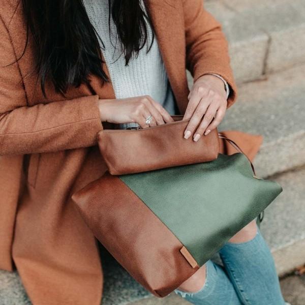 Shopper Khaki und Braun Detailaufnahme mit kleinem Täschchen