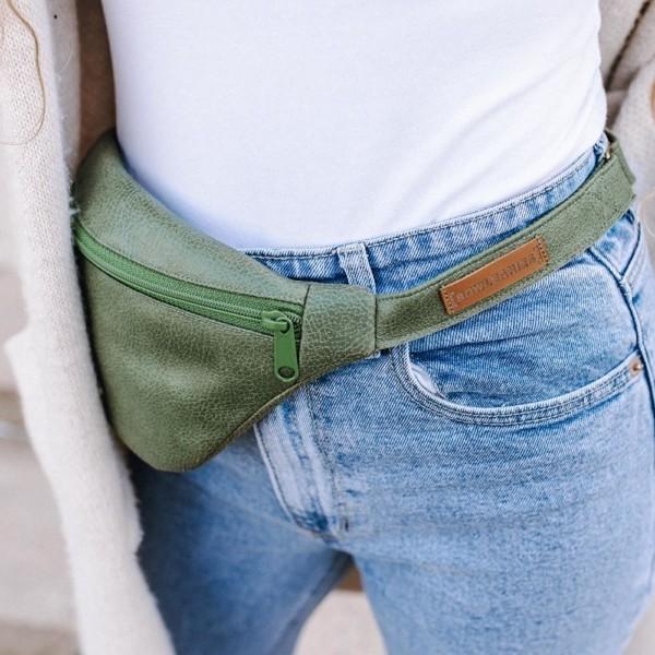 Gürteltasche |Bauchtasche Khaki auf der Hüfte getragen