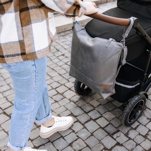 Leder Faserstoff Wickeltasche Hellgrau am Kinderwagen